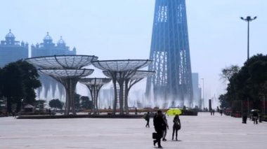 Square with fountains and Canton Tower — Stock Video
