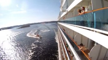 People stand along on balconies of liner — Stock Video