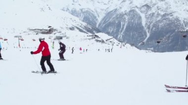 Many skiers ride at alpine mountains — Stock Video