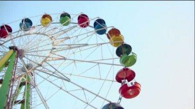 Ferris wheel spins with illumination — Stock Video