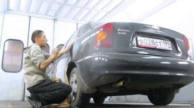 Mechanic covering car before painting — Stock Video