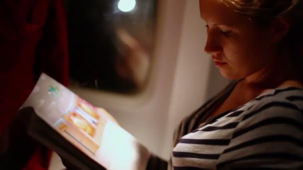 Joven mujer sentada en el avión — Vídeo de stock