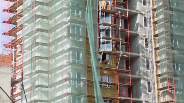 Workers stand on scaffold — Vidéo