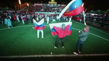 Crowd of Russian fans celebrate in Fanzone — Stock Video