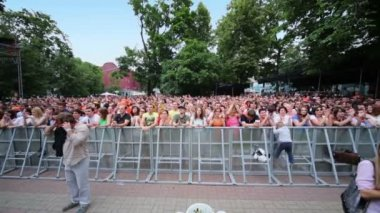 People listen concert of Chaif band — Stok video