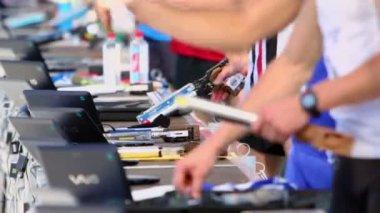 Sportsmen prepare electronic guns for shots — Stock Video