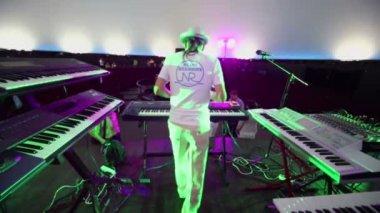 Andrey Klimkovsky check music equipment — Stock Video