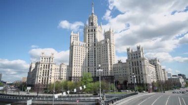 Automobiles ride on Kotelinicheskaya quay — Stock Video