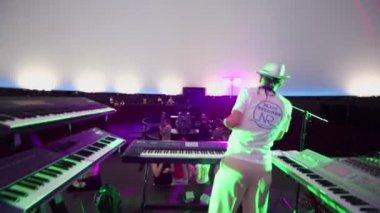 Andrey Klimkovsky prepares equipment for concert — Stock Video