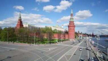 Cars ride near Kremlin — Stock Video