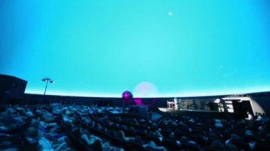People watch Andrey Klimkovsky concert — Stock Video