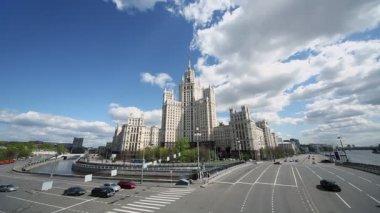 Cars ride on Kotelinicheskaya quay — Stock Video