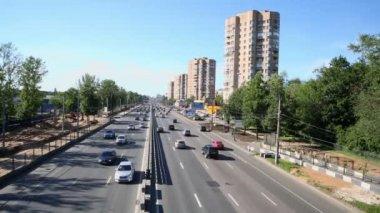 汽车骑在大城市的道路 — 图库视频影像
