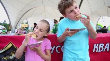 Kids eat pancakes during gastronomic festival — Stock Video