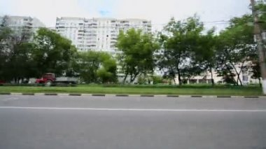 Automobile passes by street of city — Stock Video