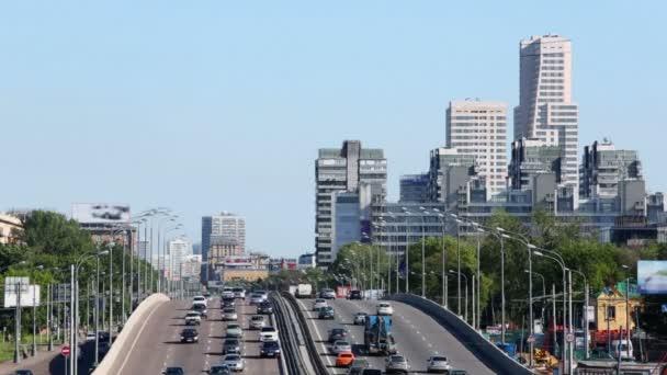 Montar en muchos coches en carreteras y puentes — Vídeo de stock