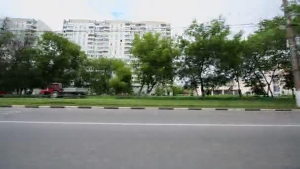 Automobile passes by street of city — Vídeo de stock