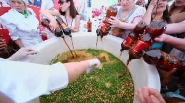 People pour kvass for biggest okroshka — Stock Video