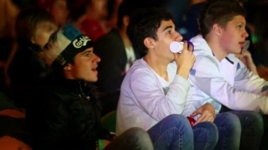 Young Russian fans watch game — Stock Video
