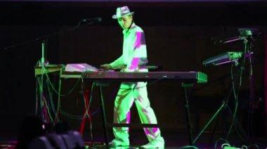 Andrey Klimkovsky plays music equipment — Stock Video