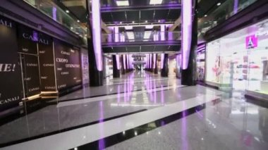 Shopping center with showcases at rebuilt hotel — Stock Video
