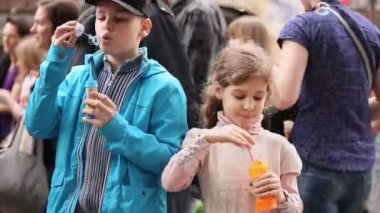 Children inflate soap bubbles — Stock Video