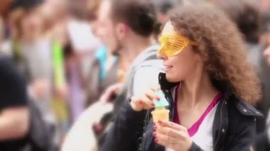 Woman blows soap bubbles in crowd — Stock Video