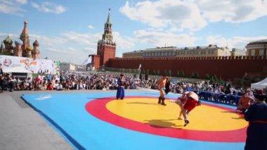 Sportsmen wrestle in Mongolian style — Stock Video