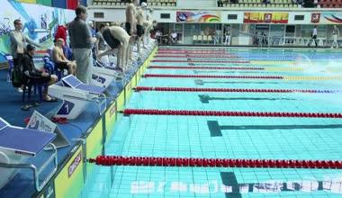 Sportsmen jump into water in pool — Stock Video