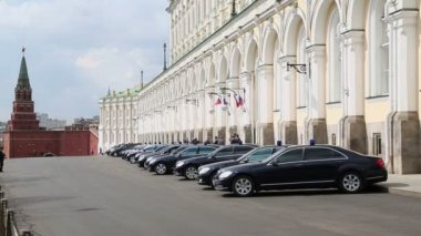 Governmental cars near Grand Kremlin Palace — Stock Video