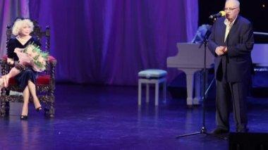 Eldar Ryazanov congratulate S.Nemolyaeva — Stock Video