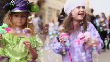 Little girl inflate soap bubbles — Stock Video