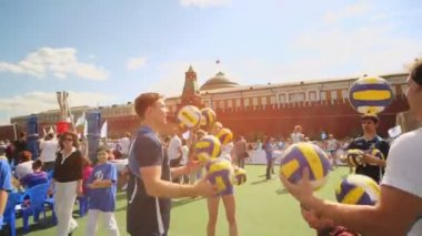 Sportsmen joggle with volleyball balls — Stock Video