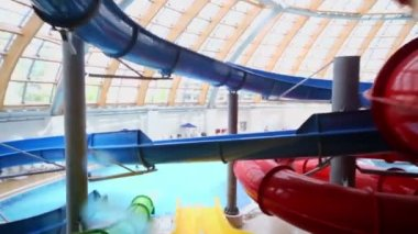 Man rides on colorful aqua slide — ストックビデオ