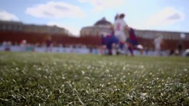 Boys play football on Red Square — Vídeo stock