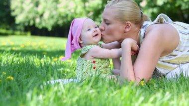 Jeune mère embrasse son bébé — Vidéo