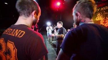Narrator congratulates contestant on stage — Stock Video