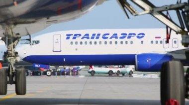 Transaero airlines aircraft rides by runway — Vídeo de Stock