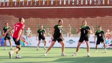 Sportsmen play volleyball near Kremlin wall — Stock Video