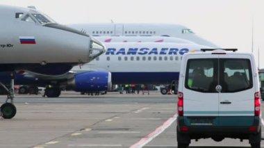 Minibus rides near Transaero airlines aircraft — Stock Video