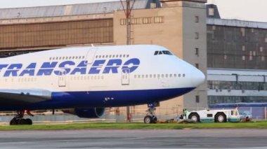 Truck pulls aircraft of Transaero airlines — Stock Video