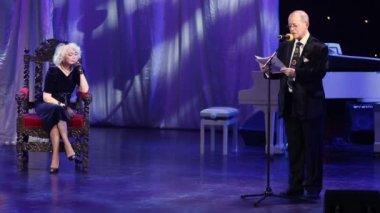 A. Arkanov reads poem for S. Nemolyaeva — Stock Video