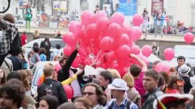 People take red balloons — Stock Video