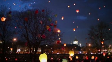 Many japan lanterns fly at night — Stock Video