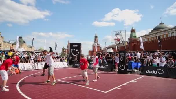 People watch basketball game — Vídeo de stock