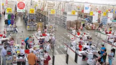 Cashier scanning products at Auchan — Stok video