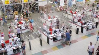 People at cash desk at Auchan — Vídeo de stock