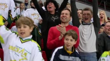 Parents and kids support sportsmen — Stock Video