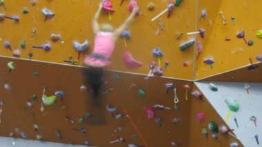Girl climbs climbing wall — Stock Video