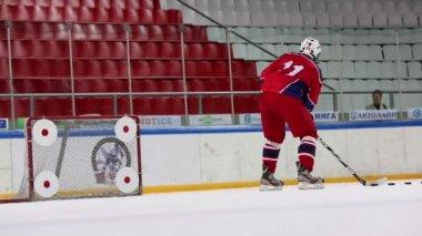 Referee watch hockey player — Vidéo